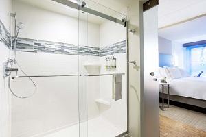 EVEN Hotel Norwalk Guest Bath